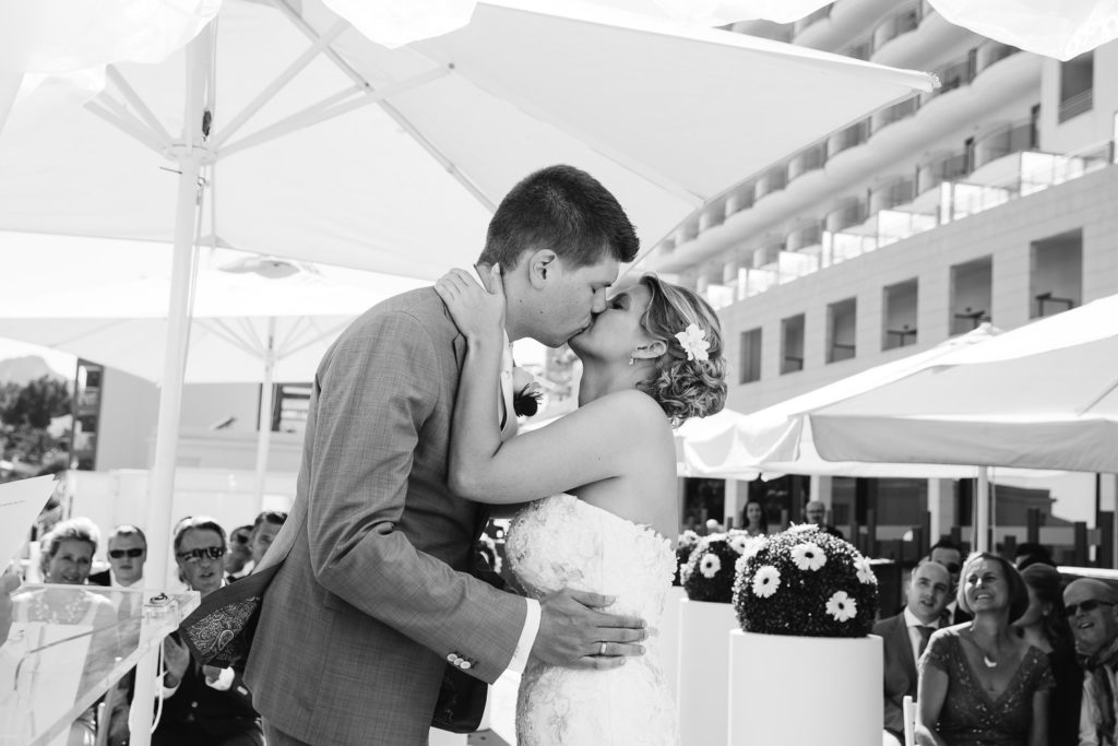 SOL Y MAR CALPE COSTA BLANCA WEDDING PHOTOGRAPHER FIRST KISS BLACK AND WHITE CEREMONY