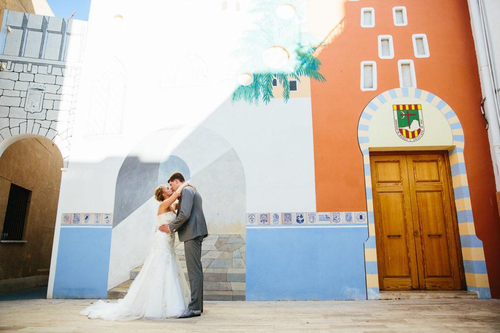 SOL Y MAR CALPE COSTA BLANCA WEDDING PHOTOGRAPHER CALPE MURAL BRIDE AND GROOM KISSING
